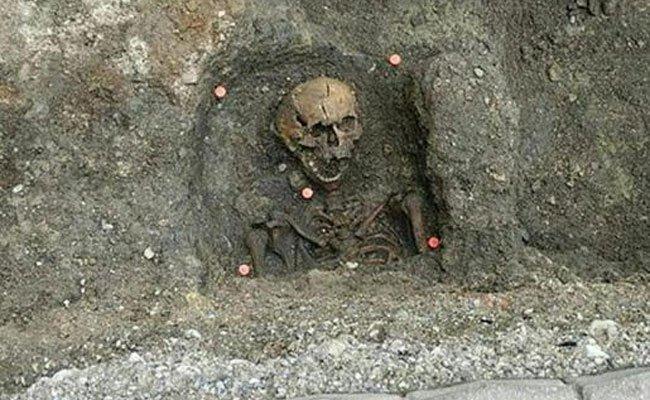 In Wiener Neustadt sind Archäologen vor dem Stadtmuseum auf zwei mittelalterliche Gräber gestoßen.