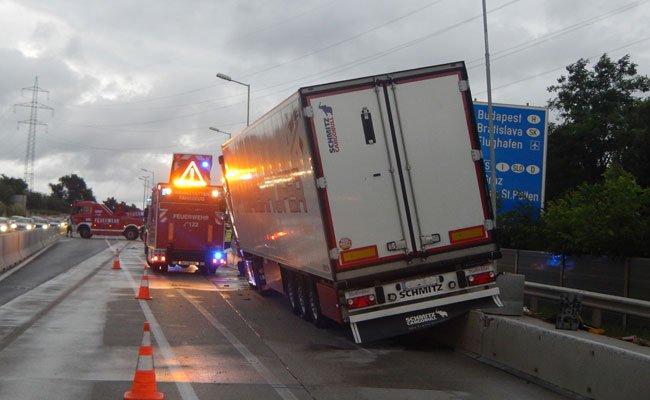 Die A4 wurde für die Dauer der Lkw-Bergung komplett gesperrt.