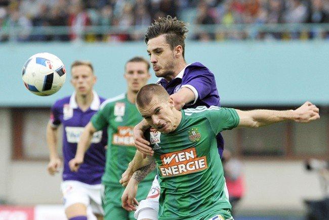 Christoph Martschinko (Austria) (M.) hatte einem gegnerischen Spieler einen Ellbogencheck verpasst