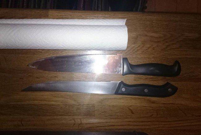 Der 35-Jährigen wurden diese beiden Messer an den Hals gehalten.