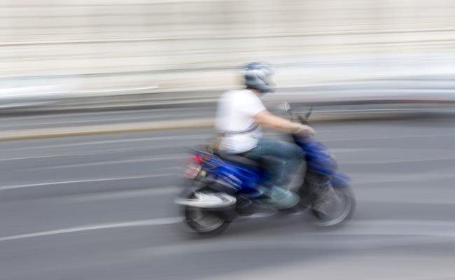Der Mopedfahrer zog sich bei dem Unfall Kopfverletzungen zu.