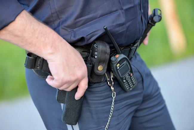 Biss in die Hand für einen Polizisten.