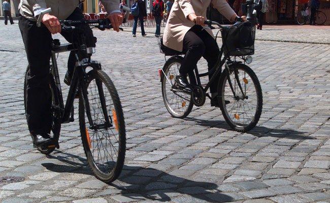 Eine Radfahrerin wurde bei dem Zusammenstoß verletzt.