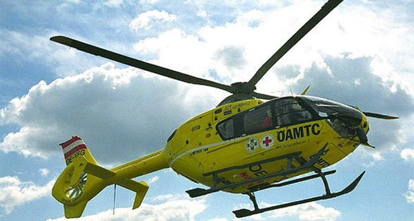 Mit einem Rettungshubschrauber wurde ein verletzter Arbeiter ins Spital geflogen