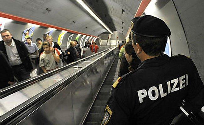 Auf der Rolltreppe beobachteten die Polizisten den Diebstahl.