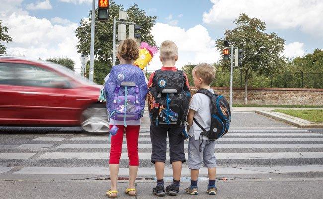 Vor Schulbeginn sollte man mit den Kindern den Schulweg mehrmals üben.