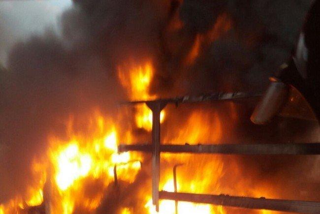 Der Klein-Lkw stand in Flammen