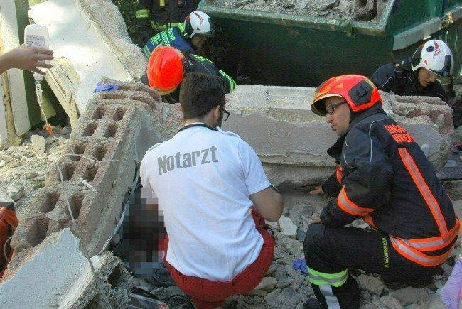 Ein Bauarbeiter wurde von einem abgebrochenen Stahlbetonteil schwer verletzt