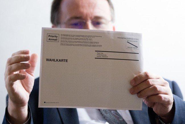 Der Leiter der Wahlabteilung, Robert Stein, mit einer Wahlkarte
