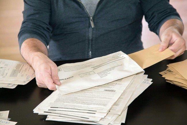 Wegen des Klebeproblems bei den Wahlkarten wird die Wahl verschoben.