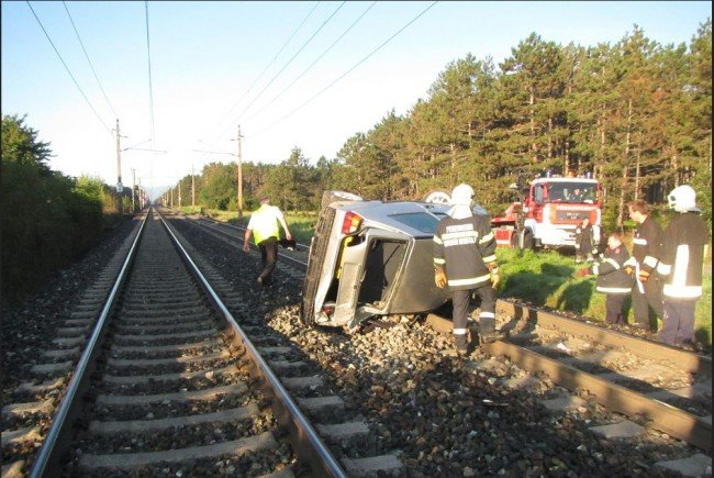 Das Auto landete auf den Gleisen der Südbahn.