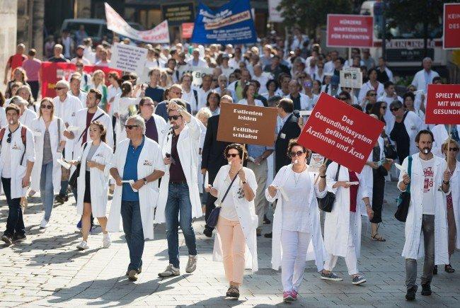 Rund 2000 Ärzte fanden sich bei einer Demonstration im Rahmen eines Warnstreiks des Wiener Krankenanstaltenverbundes zusammen
