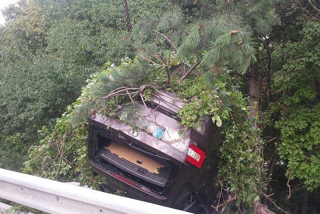 Der Wagen landete auf dem Dach in den Bäumen neben der Fahrbahn