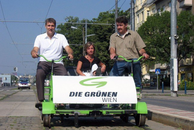 Grünes Urgestein und bereits damaliger Bezirksvorsteher-Stellvertreter Adi Hasch (r.) im Jahr 2008 bei einer Protestaktion-Draisinenfahrt