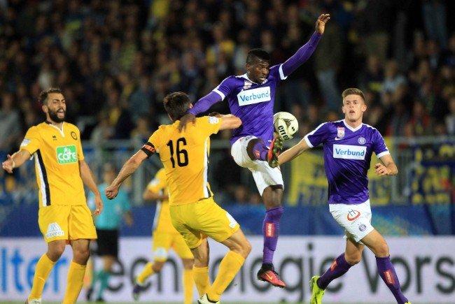 (v.l.) Markus Katzer (Vienna) gegen Olarenwaju Kayode (Austria) beim ÖFB-Cup-Spiel