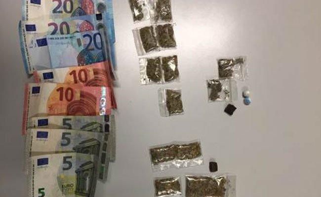 Bei dem 22-Jährigen wurden Drogen und Bargeld gefunden.