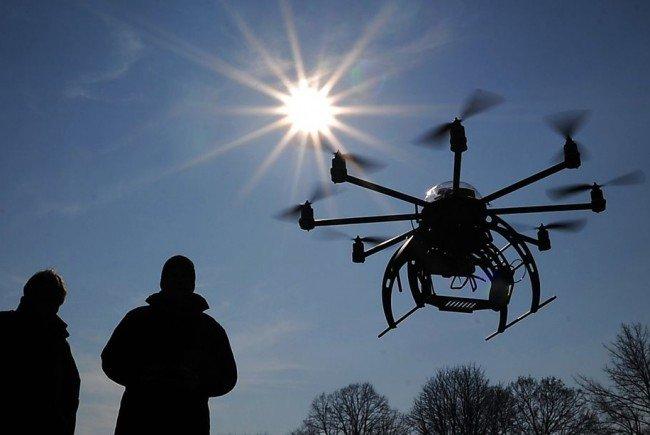 Eine Drohne schwebte über dem Wiener ÖAMTC-Hubschrauberstützpunkt.