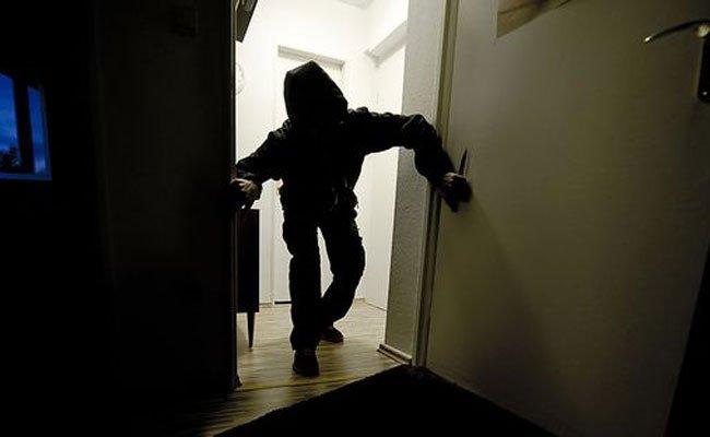 Die beiden Mieter überraschten den Einbrecher in ihrer Wohnung.