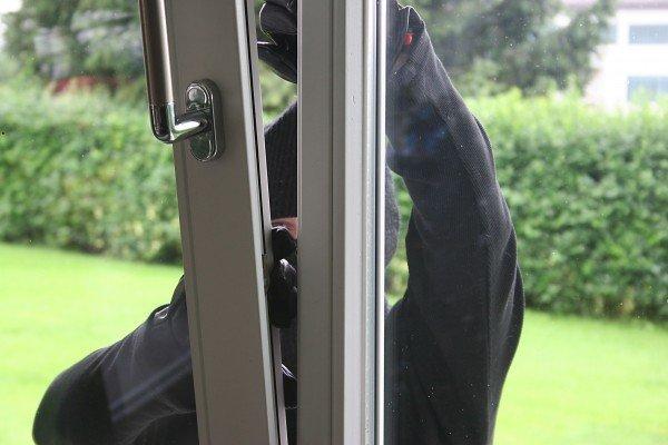 Die Einbrecher stiegen durch ein Fenster ein