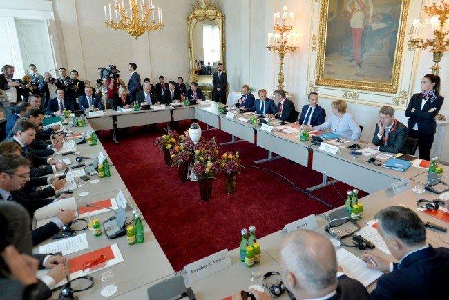 """Im Konferenzsaal im Rahmen des Flüchtlingsgipfes zum Thema """"Schutz der Schengengrenze"""" am Samstag"""