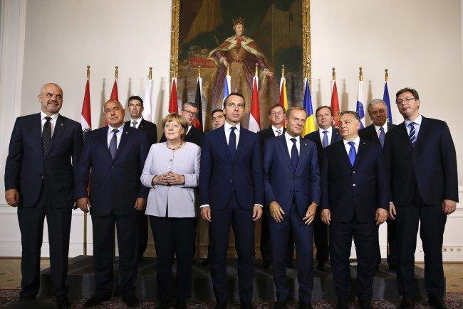 (L-R): Die Regierungsvertreter Edi Rama (Albanien), Bojko Borissow (Bulgarien), Dragos Tudorache (Rumänien), Angela Merkel (Deutschland), Tihomir Oreskovic (Kroatien), Alexis Tsipras (Griechenland), Christian Kern (Österreich), Miro Cerar (Slowenien), Donald Tusk (EU), Emil Dimitriev (Mazedonien), Viktor Orban (Ungarn), Dimitris Avramopoulos (EU) und Aleksandar Vucic (Serbien) beim Flüchtlingsgipfel in Wien