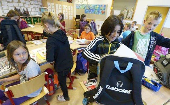 Eltern schießen im Schuljahr rund 900 Euro zu.