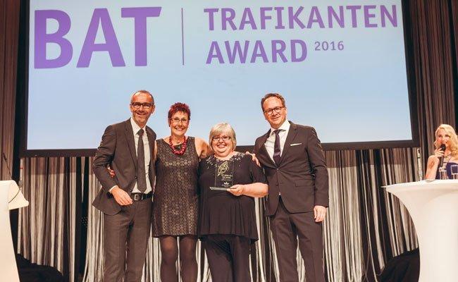 Die Wienerin Beate Geber (3. v. links) wurde zur besten Mitarbeiterin des Jahres 2016 gekürt.