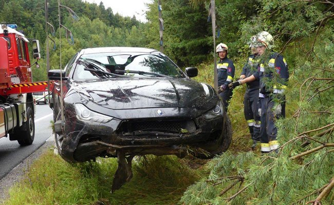 Bei einem Unfall war ein Maserati von der Fahrbahn abgekommen.
