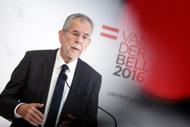 Bundespräsidentschaftskanditat Alexander Van der Bellen ist bereits als Bundespräsident in einem Schulbuch zu sehen