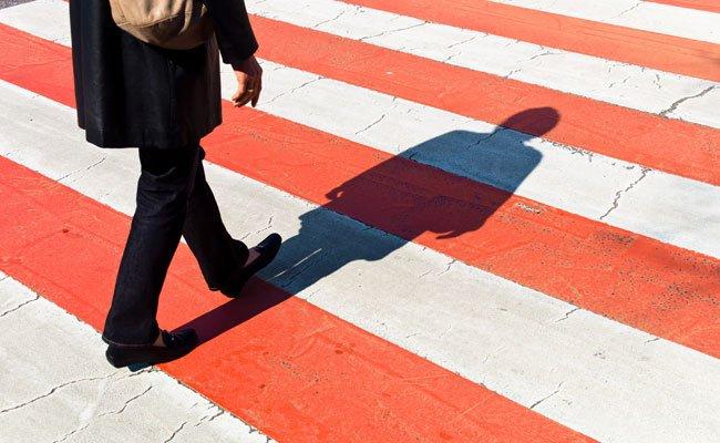 Die Frau soll beim Überqueren der Straße eine rote Ampel missachtet haben.