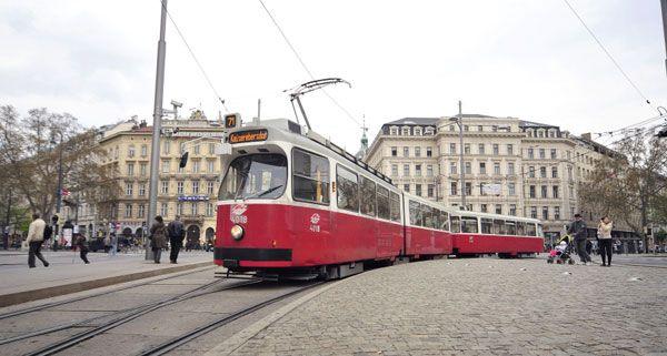 Der LKW stieß am Schwarzenbergplatz in die Linie 71.