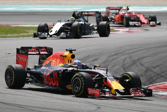 Daniel Ricciardo geht in Malaysia als Erster über die Ziellinie.