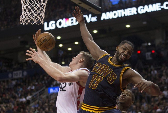 NBA-Rookie Jakob Pöltl gegen Cavaliers-Center Tristan Thompson