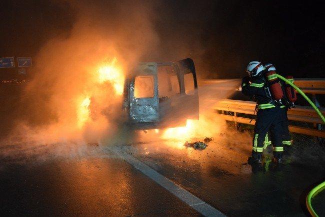 Ein Kleintransporter geriet auf der A2 in Vollbrand