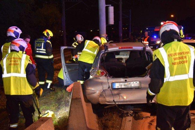 Bei einer Kollision mit fünf Fahrzeugen wurde eine Lenkerin eingeklemmt