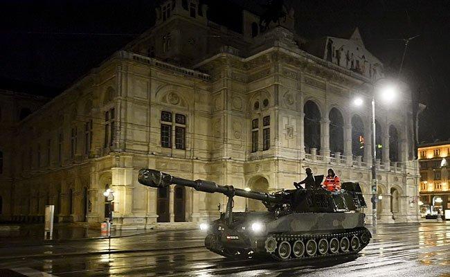 Zwölf Panzer rollen am 21. Oktober durch Wien.