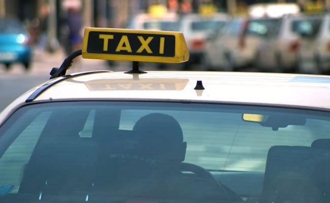 Der Taxifahrer meinte, er würde grundsätzlich nicht anhalten, wenn er Fahrgäste befördere.