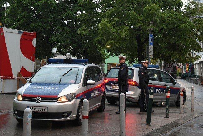Kriminalbeamte bei der Spurensicherung am Brunnenmarkt