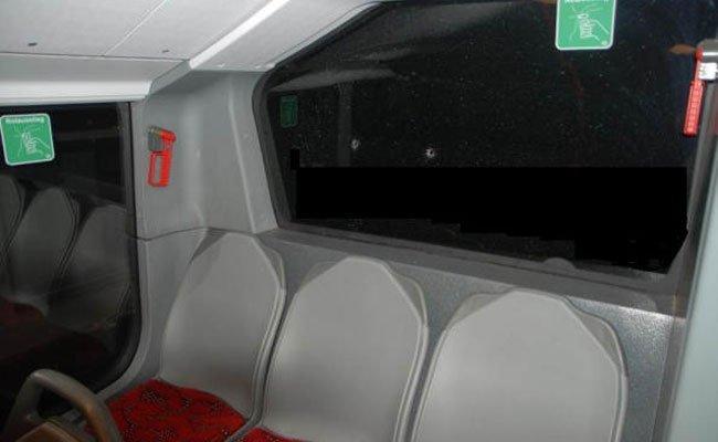 Die Schusslöcher im Wiener Linienbus.
