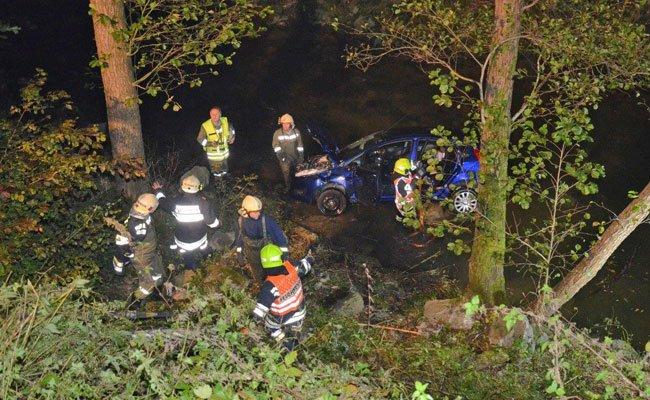 Die Lenkerin wurde schwer verletzt aus dem Fahrzeug geborgen.