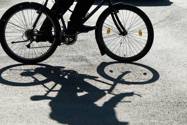 Mit dem Fahrrad soll der Bankräuber unterwegs sein.