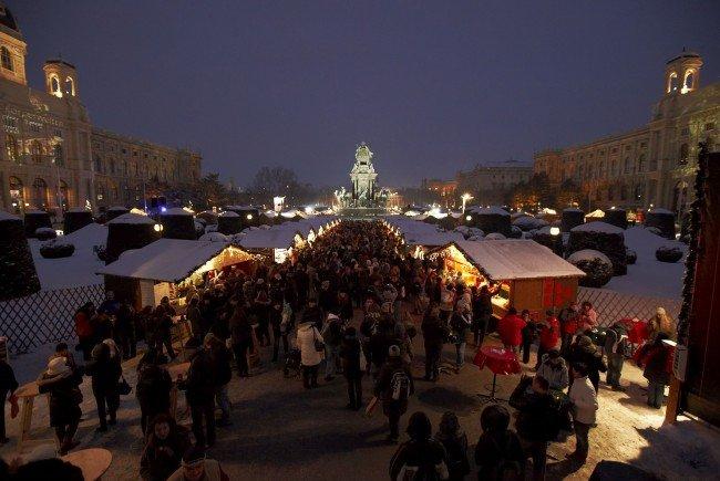 Beim Weihnachtsdorf Maria Theresien Platz