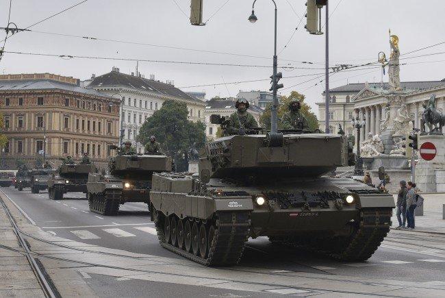 Panzer und Kettenfahrzeuge sind um den Nationalfeiertag in Wien unterwegs