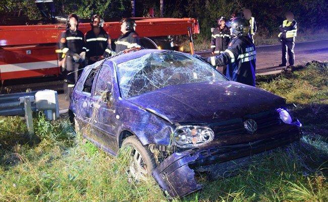 Bei dem Unfall wurden drei Personen zum Teil schwer verletzt.