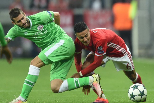 Die Bayern müssen am Dienstag zum Rückspiel nach Eindhoven.