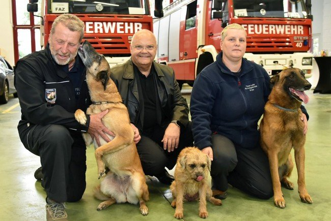 Hundeführer Peter Schüler, Landtagspräsident Harry Kopietz und Hundeführerin Magdalena Koczera