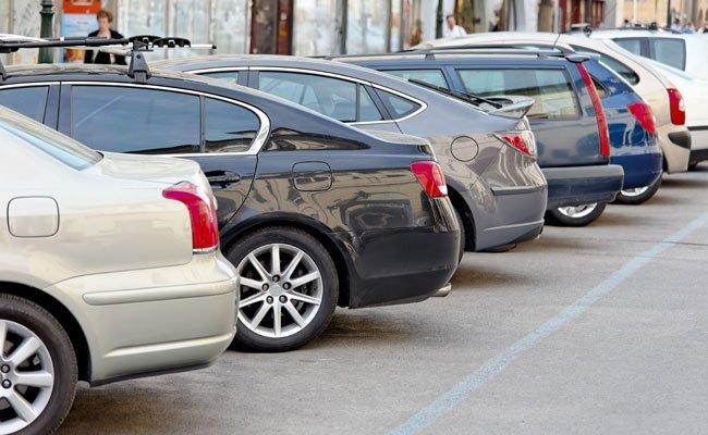 Die drei Burschen schlitzten die Autoreifen von parkenden Pkws auf.