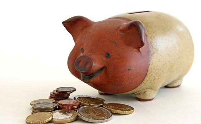 Knapp 50 Prozent der Österreicher werfen aktuell etwas ins Sparschwein