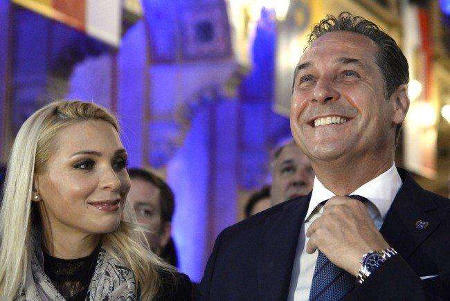 Im Glück: FPÖ-Obmann Heinz Christian Strache und seine frisch gebackene Ehefrau Philippa
