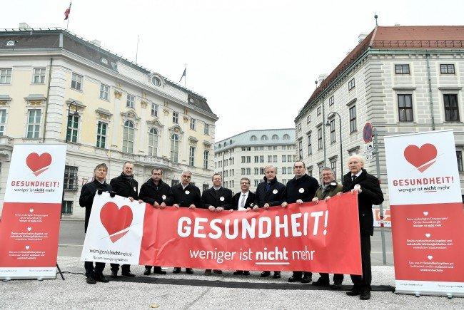 Die Ärztekammer-Präsidenten aus ganz Österreich beim Protest am Ballhausplatz.